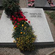 Doppelgrab mit zweiteiliger Abdeckplatte Granit grau Friedhof Lehrberg