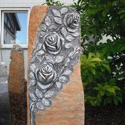 Basaltsäule mit Rosenranke