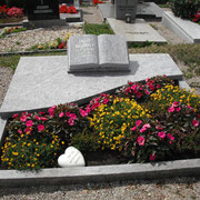 Doppelgrab mit aufgeschlagenem Buch Orion hell Friedhof Lehrberg