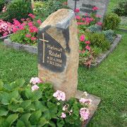 Einzelgrab Basaltsäule Friedhof Unternbibert