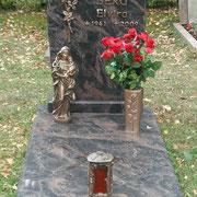 Liegestein mit Grabstein Aurindi Waldfriedhof Ansbach
