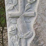 Kreuz mit Rosen und betenden Händen auf Palisandro