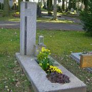 Einzelgrbstein Stele Paradiso handwerklich bearbeitet Waldfriedhof Friedhof