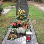 Einzelstein mit Teilabdeckung Orion Waldfriedhof Ansbach