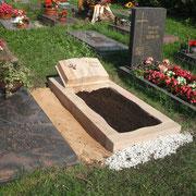 Einzelgrab Rainbow Sanstein mit aufgeschlagenem Buch Stadtfriedhof Ansbach