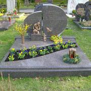 Doppelgrabstein mit Teilabdeckung Labrador Blue Antique Waldfriedhof Ansbach