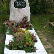 Einzelgrab Estremoz Fels mit Nero Assoluto Platte Waldfriedhof Ansbach