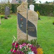 Basaltsäulen für ein Einzelgrab Friedhof Herriden