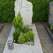 Einzelgrabstein Fels beflammt Friedhof Petrsaurach
