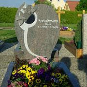Einzelgrabstein Hymalaya mit Tauben Friedhof Petrsaurach