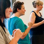 Drei Frauen blicken in eine Richtung und ballen die Fäuste.
