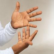 """Zwei Hände zeigen """"Sprache"""" in Deutscher Gebärdensprache."""