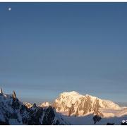 Lever de soleil sur le versant Est du Mt Blanc. La lune sur la Dent du Géant.