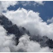 Arêtes du bassin de la Charpoua, drappées dans les nuages.