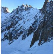 Cordées sur le glacier des Courtes, au pied de l'arête des Rochassiers.