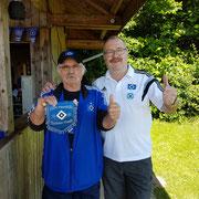 """""""Helm-Peter""""-Dietz und Udo Lienemann, der einen Wimpel überreichte"""
