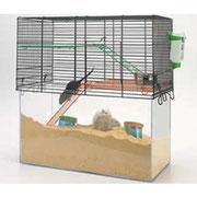 Un peu chère mais commode à aménager et sans projections. Permet de mettre beaucoup de litière et de voir les souris y creuser des galeries.