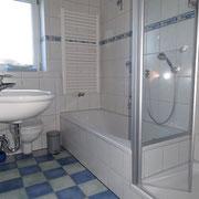 Das Bad mit  Dusche und Badewanne