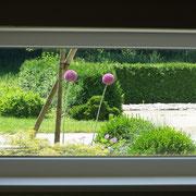 Stiegenhausfenster mit Gartenblick