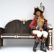 mujer pirata sentada en banco