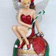 figura de hada sobre campana navideña
