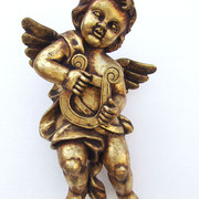ángel en oro de pared con arpa