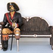 réplica de pirata sentado en banco