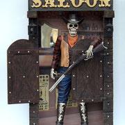 entrada salón con esqueleto vaquero