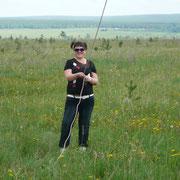 Наталья - помогает ставить антенну для RA9AP. Впервые в жизни, кстати оттяжку держит))