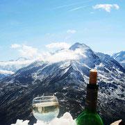 ein guter Wein mit Blick auf den Nederkogel