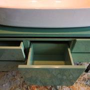 Mobile in legno laccato verde tabacco. Ante curve.