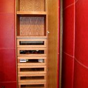 Cabina armadio tamburata in rovere. Interni: cassetti con frontale in legno vetro.