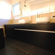Mobile bagno nero opaco con Finiture inox.