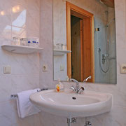 Waschtisch und Dusche in Ferienwohnung 6 + 7