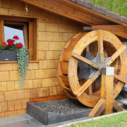 Großes Wasserrad für den Außenbereich