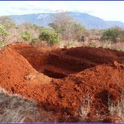 Aushub der Baugrube für die Toilettenanlage.