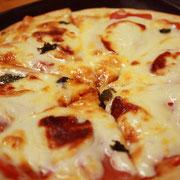 フレッシュトマトとモッツァレラのピザ
