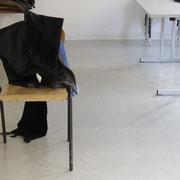 Ausgangspunkt der Arbeit, ein zurückgelassener Stuhl im Seminarraum