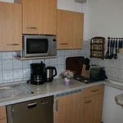Ferienwohnung Anna Maria - Küche mit Geschirrspülmaschine, Microwelle, Backofen, Herd, Kühlschrank