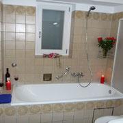 Bad mit Badewanne und Duschmöglichkeit