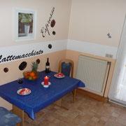 Küche mit Esstisch und kl. Balkon