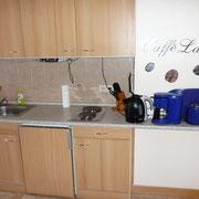 Küche mit Microwelle, Backofen, Herd, Radio