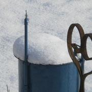 Wassertonne mit Wintermütze....