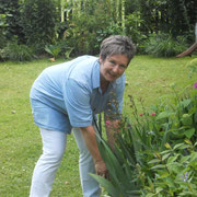 Die Heilpraktikerin bei der Blumenpflege!