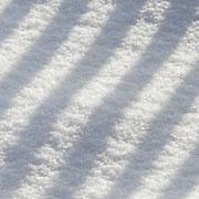 Der Zaun spiegelt sich im Schnee