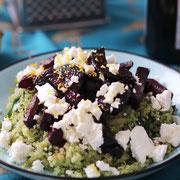 Grüne Quinoa mit Rote Beete und Fetakäse.
