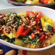 Bunte Gemüsepfanne mit Stielmus und salzigem Granola.