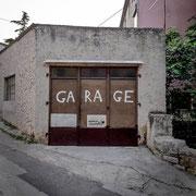 Hund in Garage versteckt