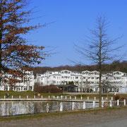 Vom Großparkplatz in Sellin auf den Villenpark mit Badeland geschaut
