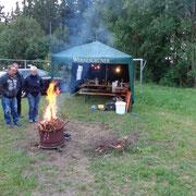 Auch Holz sammeln und ein Lagerfeuer durften nicht fehlen.